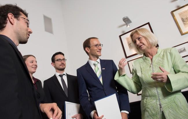 Stefan Appel (3.v.l.) und das Team von Software Campus im Gespräch mit Bildungsministerin Johanna Wanka (Bild: Daniel Reinhardt)