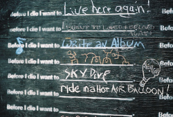 Before I Die (Bild: Tiffany Bailey [CC BY 2.0], via Flickr)