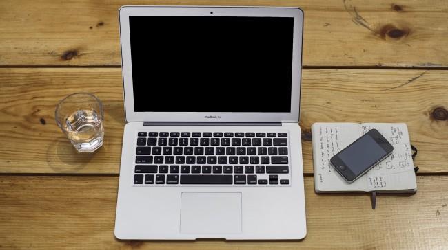 Apple MacBook und iPhone auf Schreibtisch ([CC0], via Unsplash)