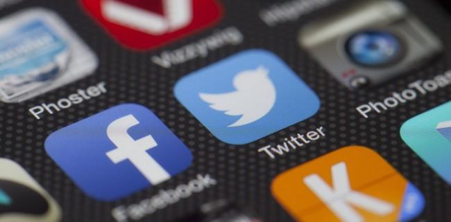 Apps von Twitter und Facebook (Bild: Thomas Ulrich [CC0], via Pixabay)