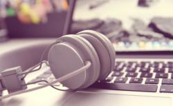 Kopfhörer und Laptop (Bild: TheAngryTeddy [CC0 Public Domain], via pixabay)