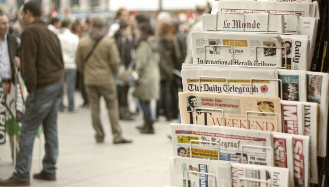 Newspapers (Bild: Juanedc [CC BY 2.0], via Wikimedia Commons)