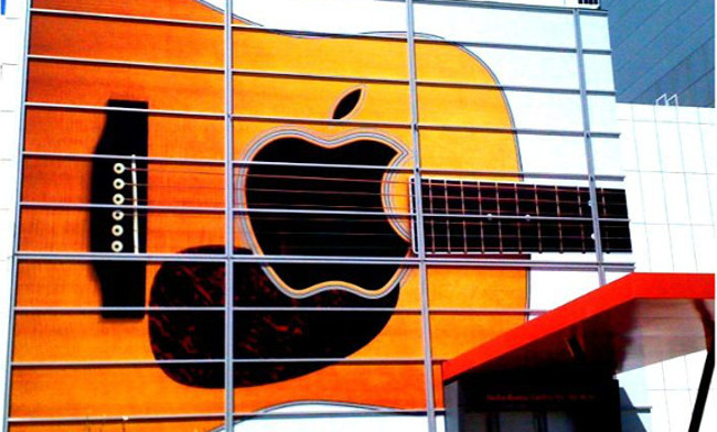 Day 242 / 365 - Apple guitar sign (Prepping for their September 1 event) by  Anita Hart  (CC BY-SA 2.0) via Flickr