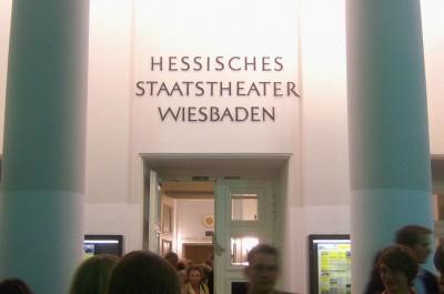 Hessisches Staatstheater in Wiesbaden (Bild by Jivee Blau [CC BY-SA 3.0], via Wikimedia Commons)