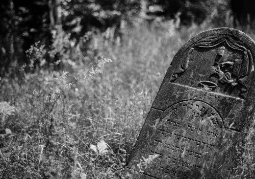 Tombstone in Jewish cemetery (adapted) (Image by Jakub Jankiewicz [CC BY-SA 2.0] via Flickr)