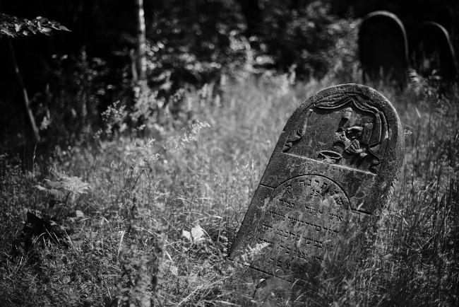 Tombstone in Jewish cemetery (Bild: Jakub T. Jankiewicz [CC BY 2.0] via Flickr)