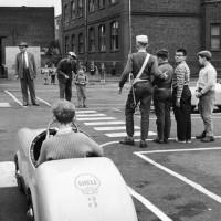 Kinder bei Verkehrserziehung durch Polizei (Image: Rolf Unterberg/Bundesarchiv [CC BY-SA 3.0 de], via Wikimedia Commons)