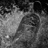 Tombstone in Jewish cemetery (Bild: Jakub T. Jankiewicz [CC BY-SA 2.0] via Flickr)