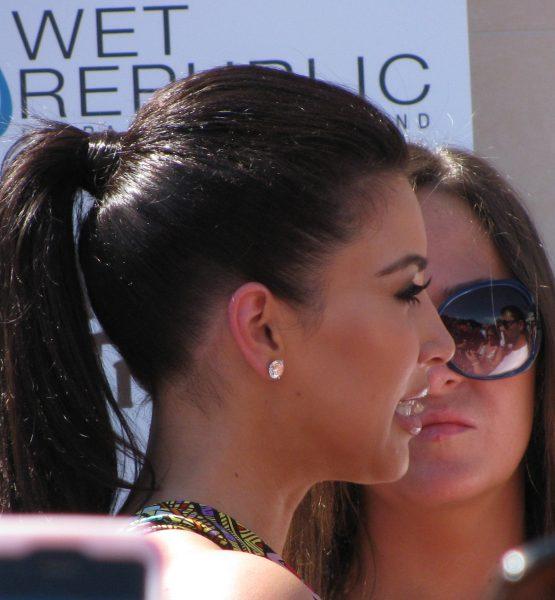 Kim Kardashian profile shot (adapted) (Image by Shelby Skrhak [CC BY 2.0] via Flickr)