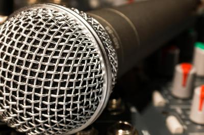 Mikrofon (adapted) (Image by Didgeman [CC0 Public Domain] via Pixabay)