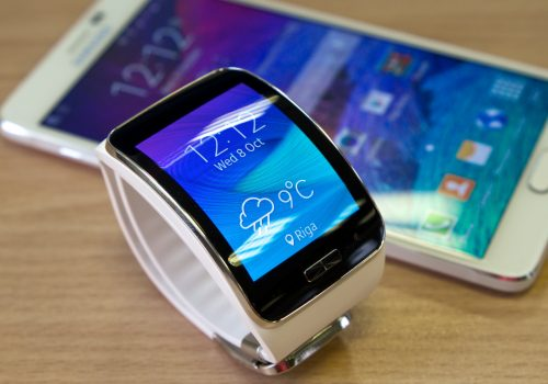 Samsung Gear S smartwatch with Galaxy Note 4 (adapted) (Image by Kārlis Dambrāns [CC BY 2.0] via Flickr)
