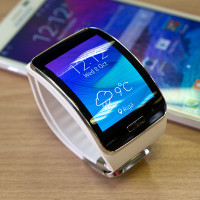 """Samsung Gear S smartwatch with Galaxy Note 4"" (adapted) by Kārlis Dambrāns (CC BY 2.0)"
