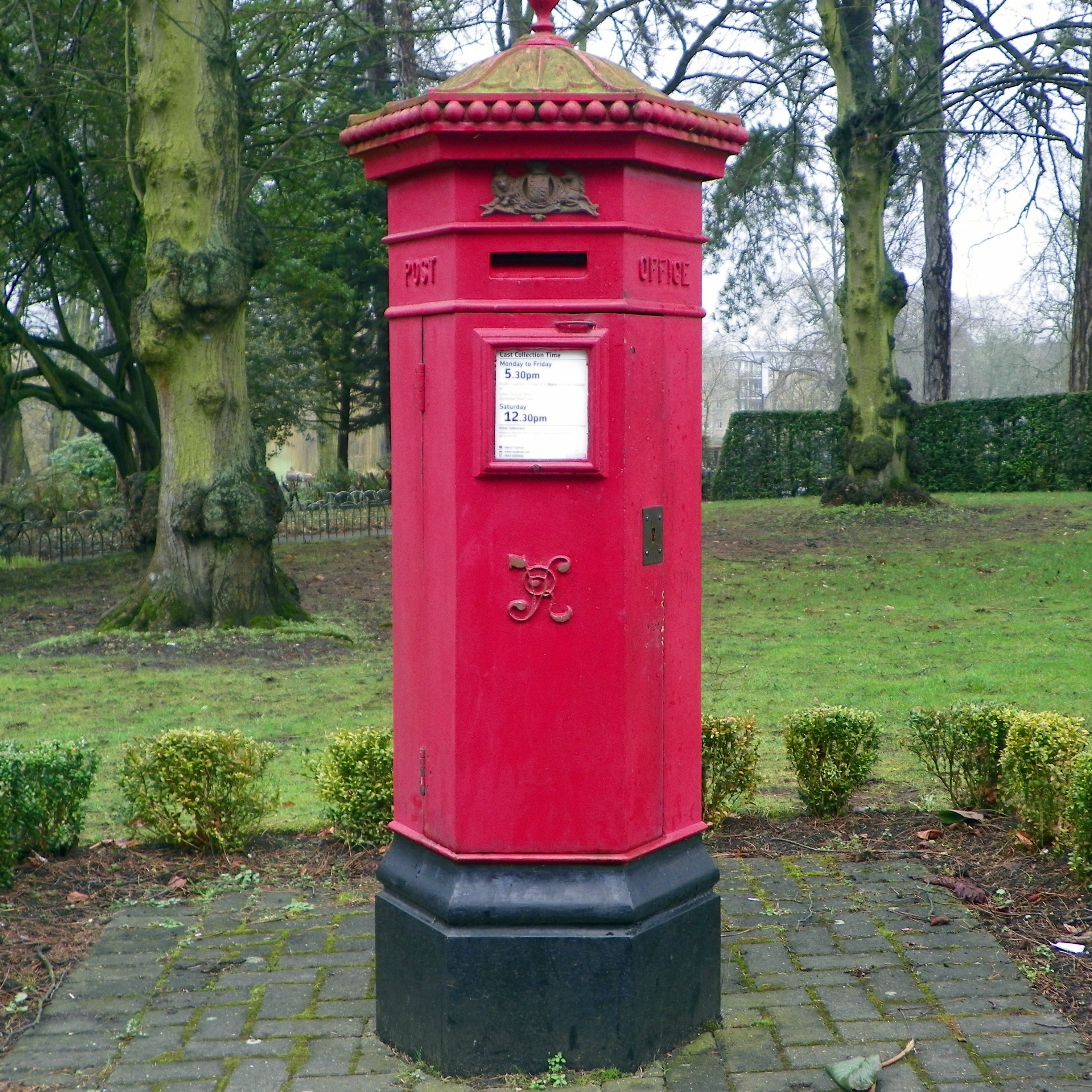 Goc leagrave to harpenden 037 victorian pillar box at wardown park luton adapted image by peter oconnor aka anemoneprojectors cc by sa 2.0 via flickr