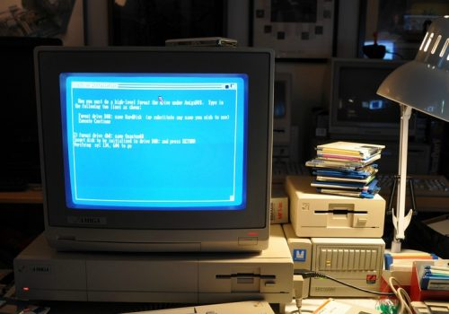 playing with the Amiga 1000 (adapted) (Image by Blake Patterson [CC BY 2.0] via flickr)