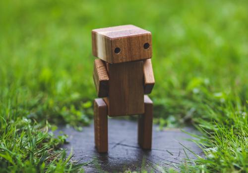 Hölzener Roboter (Image by kaboompics (CC0 Public Domain) via Pixabay)