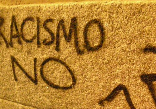 Racismo no (adapted) (Image by Daniel Lobo [CC BY 2.0] via flickr)
