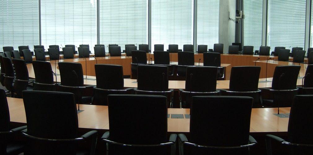 Sitzungssaal im Bundestag (adapted) (Image by crstnksslr [CC BY 2.0] via Flickr)