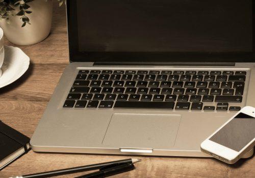 Notebook Macbook (adapted) (Anka Albrecht) [CC BY 2.0] via flickr)