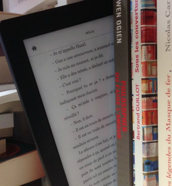 Lecteur ebook + livres papier (adapted) (Image by ActuaLitté [CC BY-SA 2.0] via flickr)