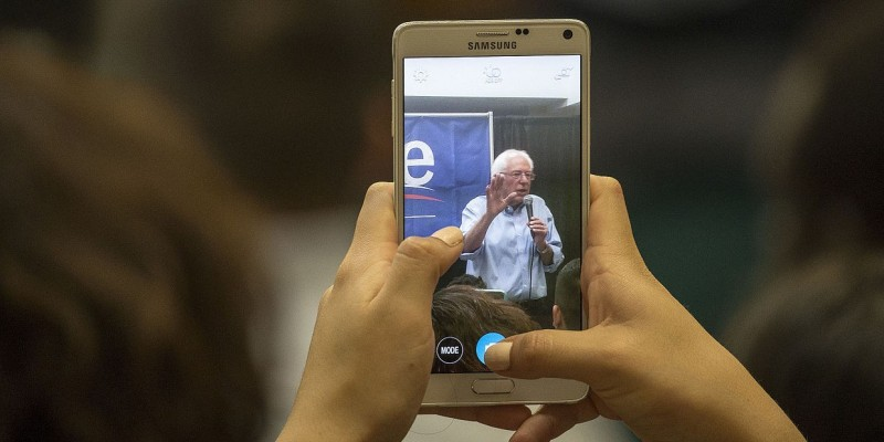 Bernie Sanders Smartphone (Image: Phil Roeder [CC BY 2.0], via Wikimedia Commons)