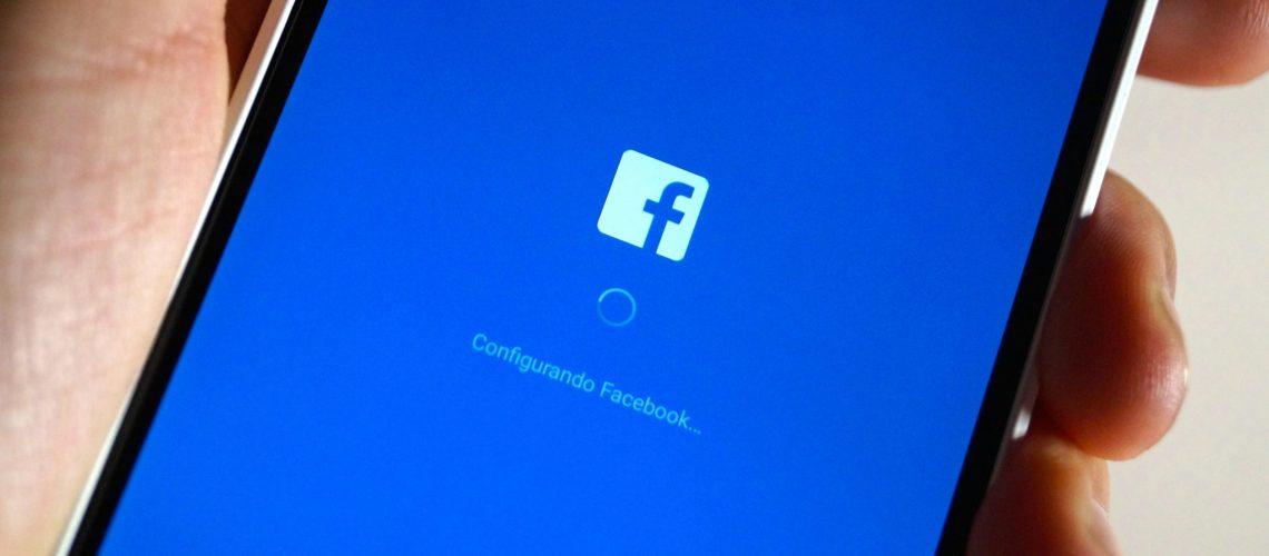 Facebook app (adapted) (Image by Eduardo Woo [CC BY-SA 2.0] via flickr)