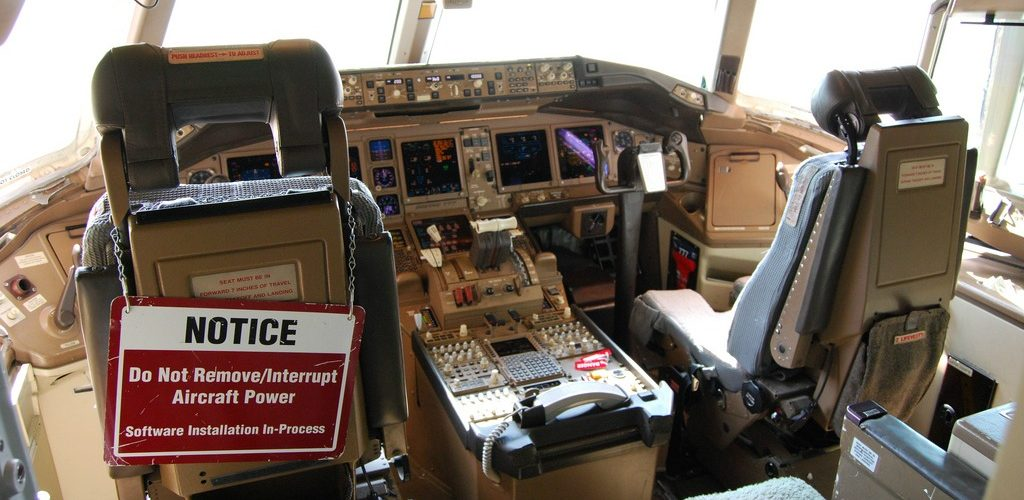 Boeing 777 cockpit, note software update in progress... (adapted) (Image by Bill Abbott [CC by 2.0] via flickr)
