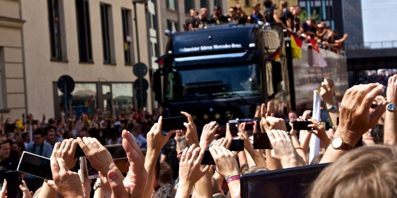 Die Mannschaft auf dem Weg zur Fanmeile, Berlin (15.07.2014) (adapted) (Image by mw238 [CC BY-SA 2.0] via Flickr)