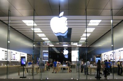 Apple Store Scottsdale Road (adapted) (Image by Dru Bloomfield [CC BY 2.0] via Flickr)