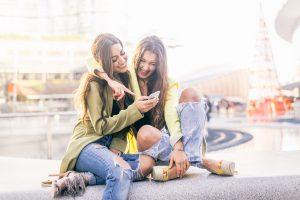 Bei der Informationsbeschaffung, Kommunikation und Unterhaltung führt bei vielen kein Weg mehr am Smartphone vorbei / Quelle: shutterstock/oneinchpunch