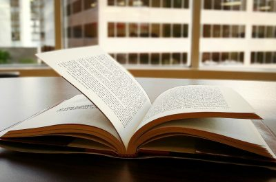 Buch (Image by Shawn Reza [CC0 Lizenz] via Pexels)