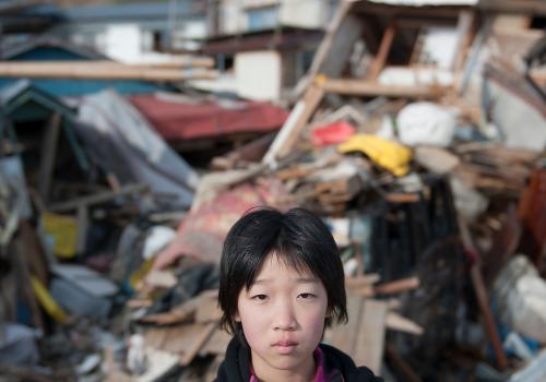 Ein Junge nach der Zerstörung. Erdbeben und Tsunami, Japan 2011 (adapted) (Image by Schweizerisches Rotes Kreuz [CC BY 2.0] via Flickr)
