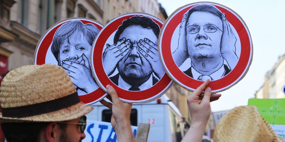Nichts hören, nicht sehen, nichts sagen. - Stop Watching us, Berlin, 27.07.2013 (adapted) (Image by mw238 [CC BY SA 2.0], via flickr)