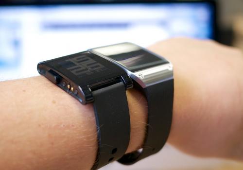 Samsung Galaxy Gear vs Pebble smartwatch (adapted) (Image by Kārlis Dambrāns [CC BY 2.0] via Flickr)