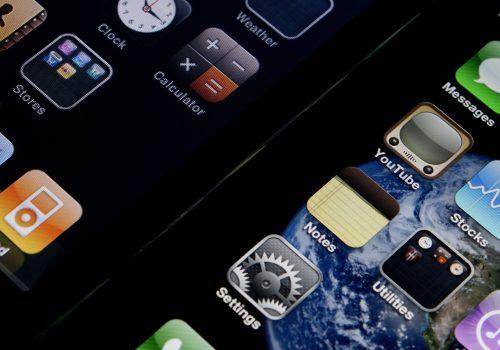 iPhone 4's Retina Display vs iPhone 3G (adapted) (Image by Yutaka Tsutano [CC BY 2.0] via Flickr)