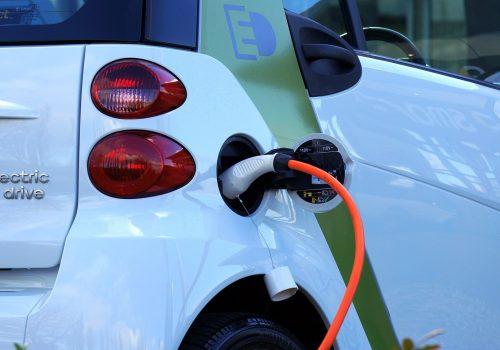 Elektroauto (adapted) (Image by MikeBird [CC0 Public Domain] via pixabay)