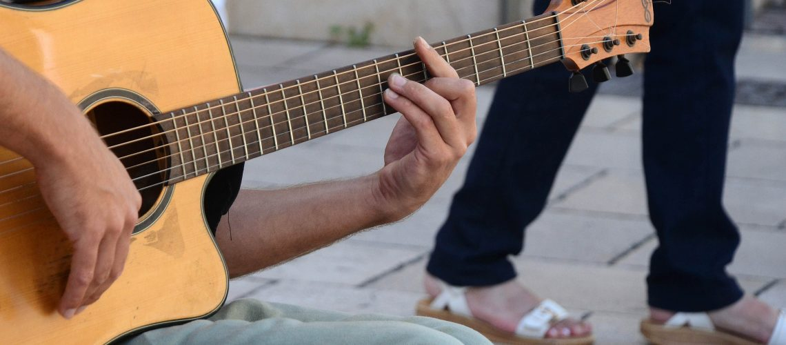 Gitarre (adapted) (Image by tresdetres [CC0 Public Domain] via pixabay)