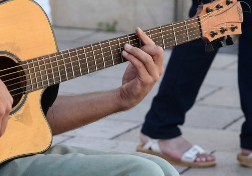 Gitarre (adapted) (Image by tresdetres [CC0 Public Domain] via pixabay)