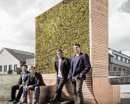 Das Gründerteam vor dem Prototypen des CityTrees (adapted) (Image by Green City Solutions)