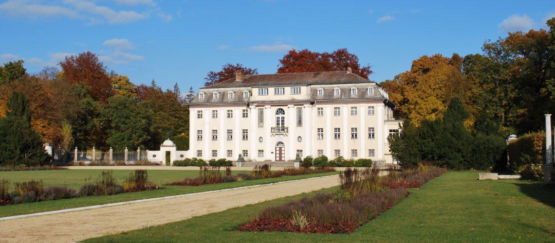Neues Schloss im Stadtpark Tangerhütte (adapted) (Image by Björn Gäde [CC BY-SA 3.0] via wikipedia)