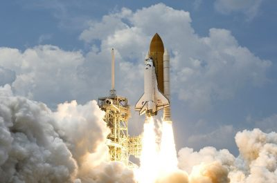 Raketenstart (adapted) (Image by WikiImages [CC0 Public Domain] via pixabay)