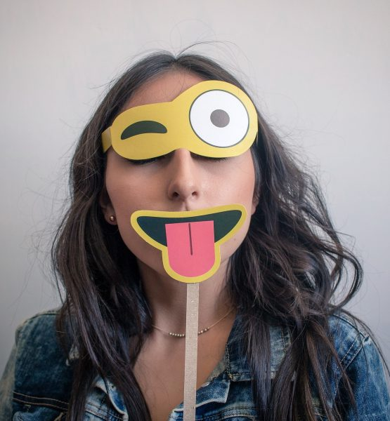 Emoji Maske (Image (adapted) by aaandrea [CC0 Public Domain], via Pixabay)