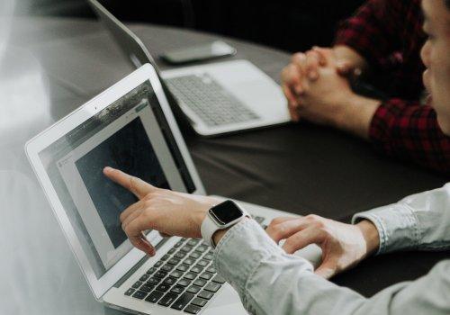 Titelbild für Artikel zu Apple-Bildungspreise Studenten mit MacBook Air sind zu sehen / Bild von Priscilla Du Preez via unsplash.com