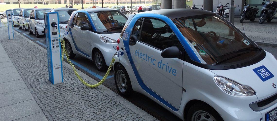 Elektroautos (adapted) (Image by uveX [CC0 Public Domain] via Pixabay)