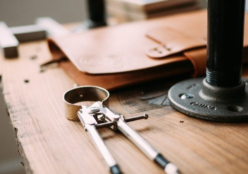 Workbench and Tools (adapted) (Image by Jeff Sheldon [CC0 Public Domain] via Unsplash) Handwerk 4.0