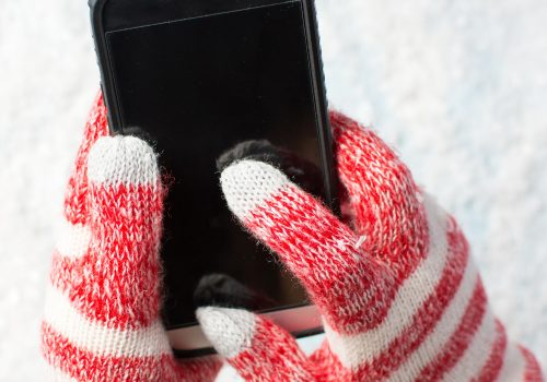 creativefamily - stock adobe com Smartphone im Winter