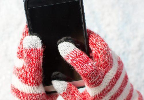 creativefamily - stock adobe com Smartphone im Winter