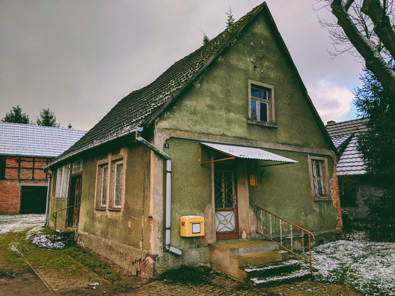 Ehemaliges Postgebäude im Bördedorf Cröchern – heute nur noch ein Briefkasten, Februar 2018