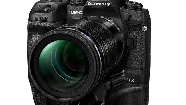 Olympus OM-D E-M1X von vorn rechts mit 40-150mm