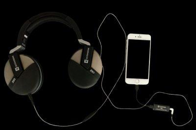 Der NAOS Adapter wird einfach mit dem Smartphone verbunden. Der ULTRASONE Performance 880 kommt dann in den Klinkenschluss des Adapters.