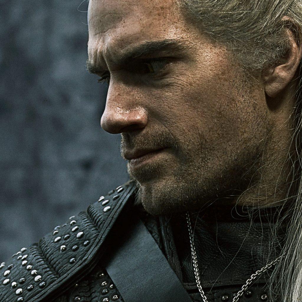 Nahaufnahme von Henry Cavill als Geralt von Riva.